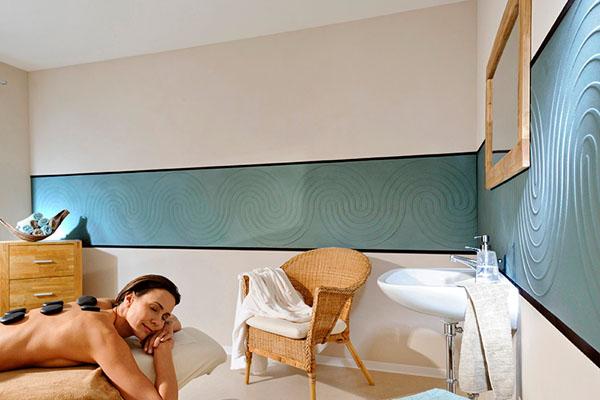 Startseite von Malerbetrieb Schiffert weiße Wand mit blau strukturiertem Muster